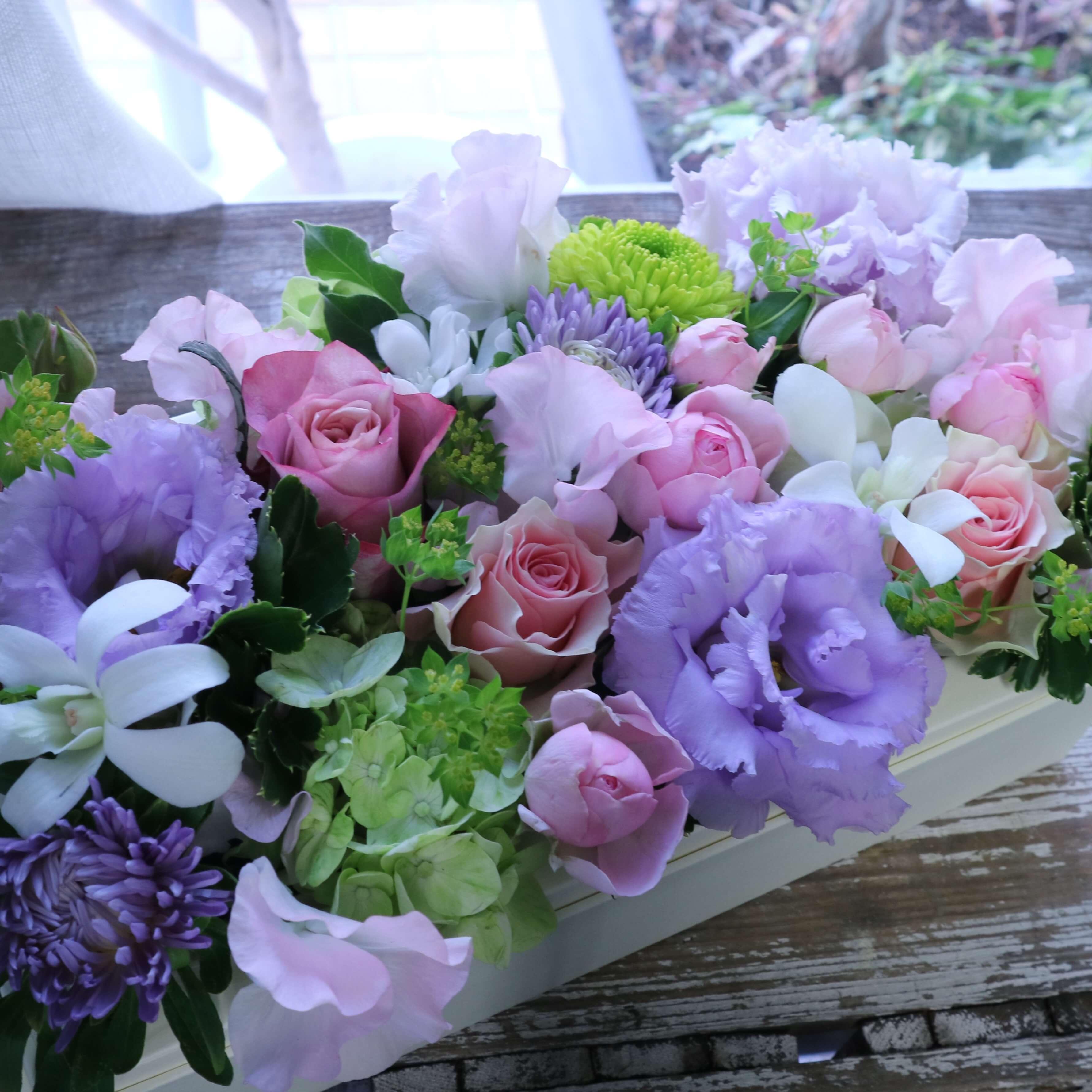 ボックスフラワーアレンジメント 色味:大人なニュアンスカラーを季節のお花でおまかせ の参考画像です