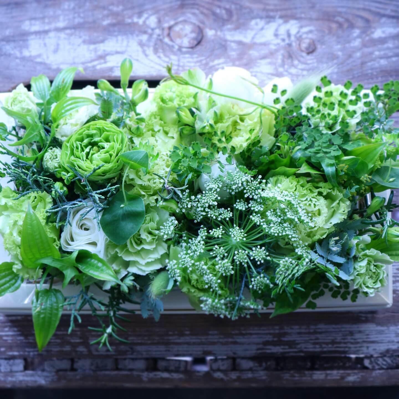 ボックスフラワーアレンジメント 色味:ホワイトグリーンで爽やかに季節のお花でおまかせ の参考画像です