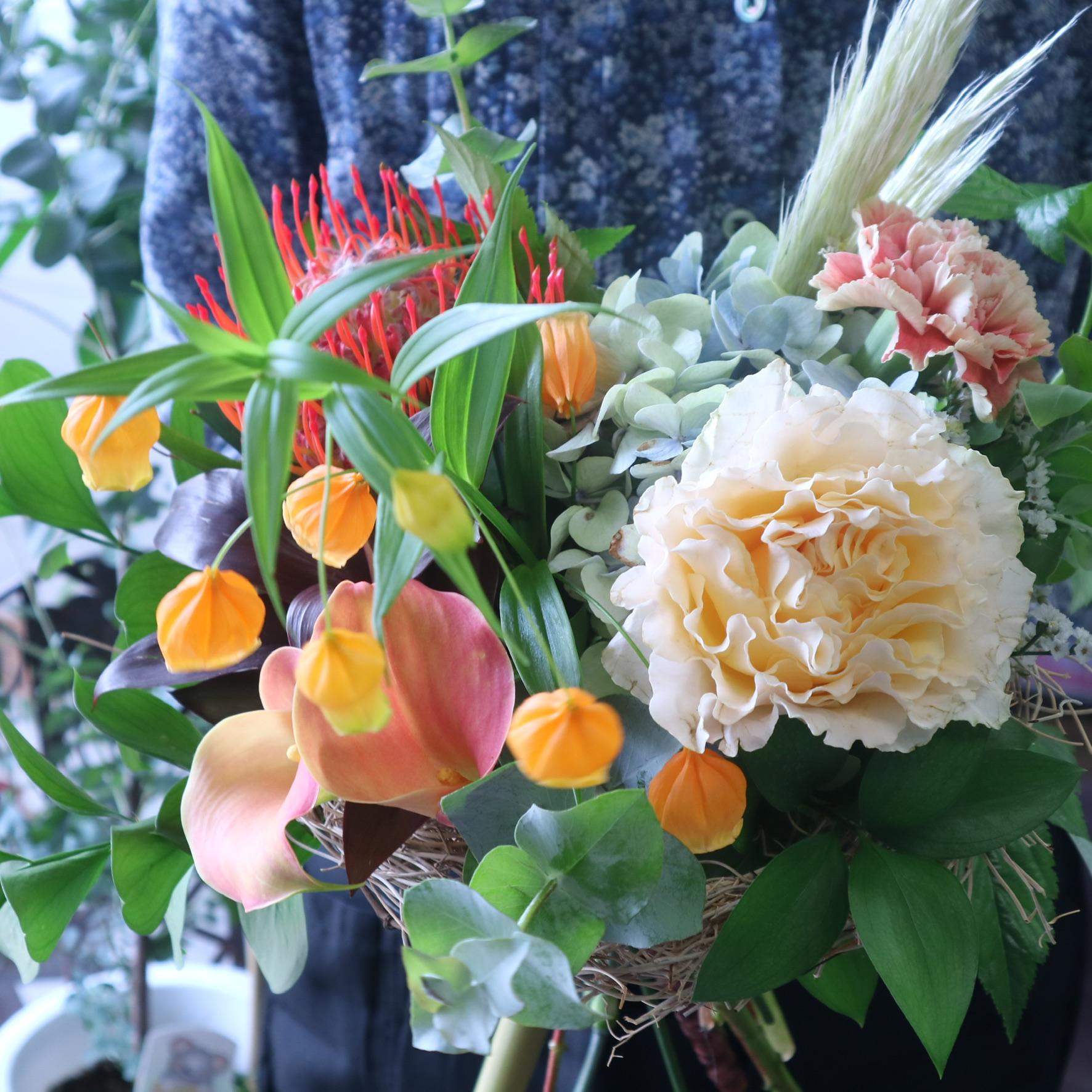 グラスボールリースアレンジメント 色味:淡い色合いを季節のお花でおまかせ の参考画像です