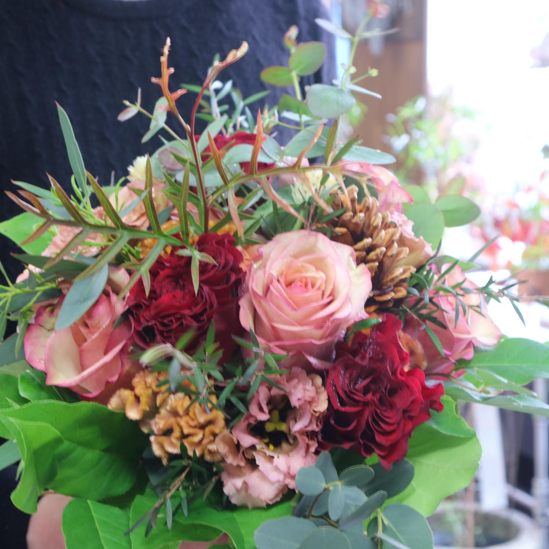 グラスボールリースアレンジメント 色味:ピンク可愛く季節のお花でおまかせ の参考画像です