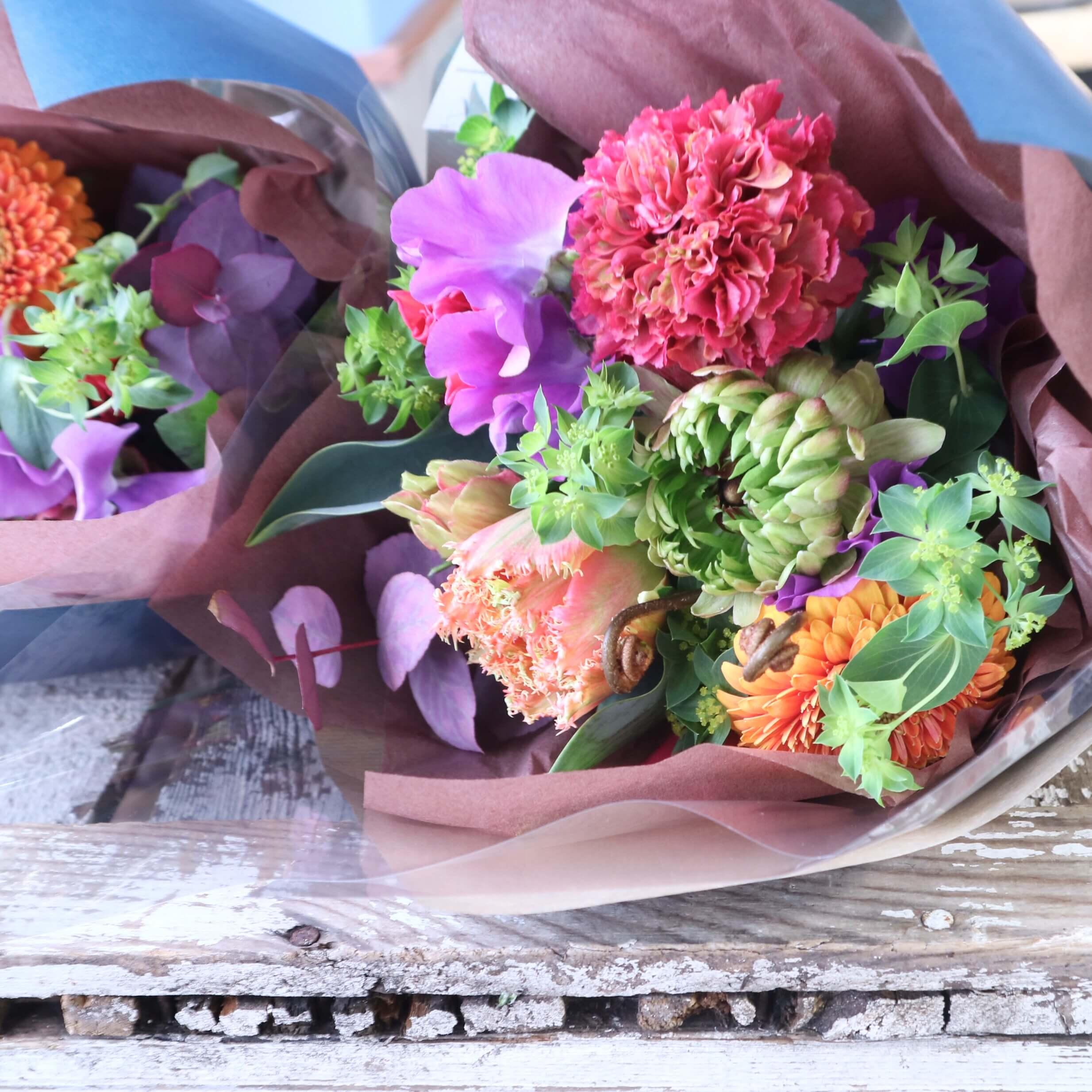 グラスボールリースアレンジメント 色味:ビタミンカラフルに季節のお花でおまかせ の参考画像です