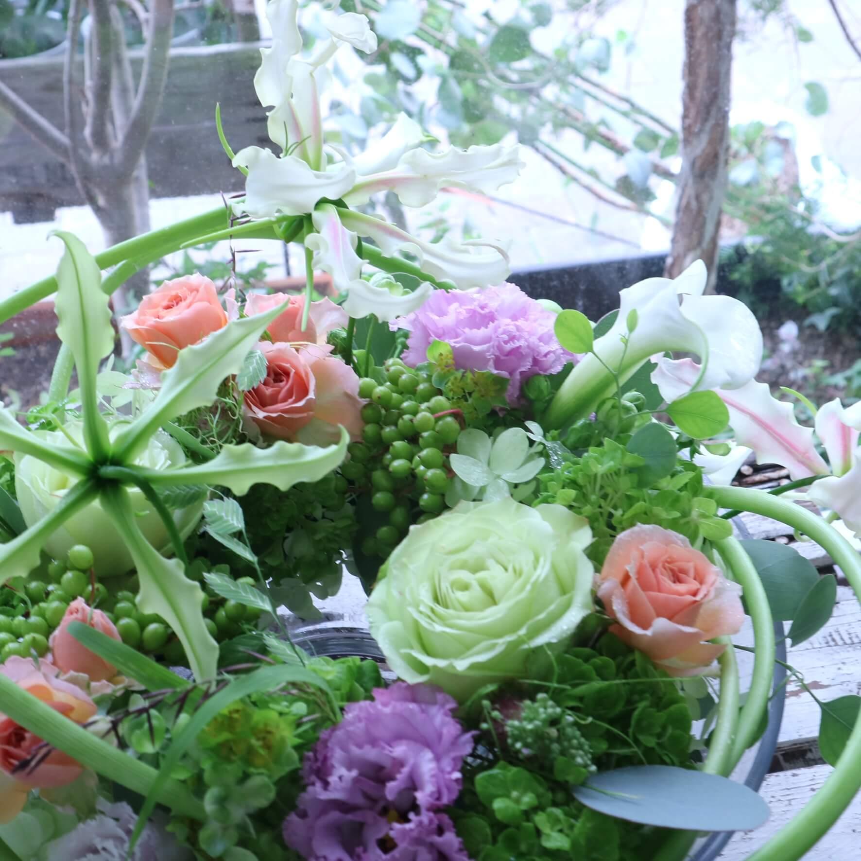 グラスボールリースアレンジメント 色味:大人なニュアンスカラーを季節のお花でおまかせ の参考画像です