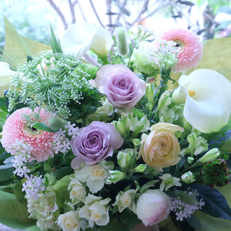 オリジナルアレンジメント 色味:淡い色合いを季節のお花でおまかせ の参考画像です