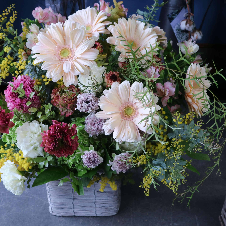 オリジナルアレンジメント 色味:ピンク可愛く季節のお花でおまかせ  の参考画像です