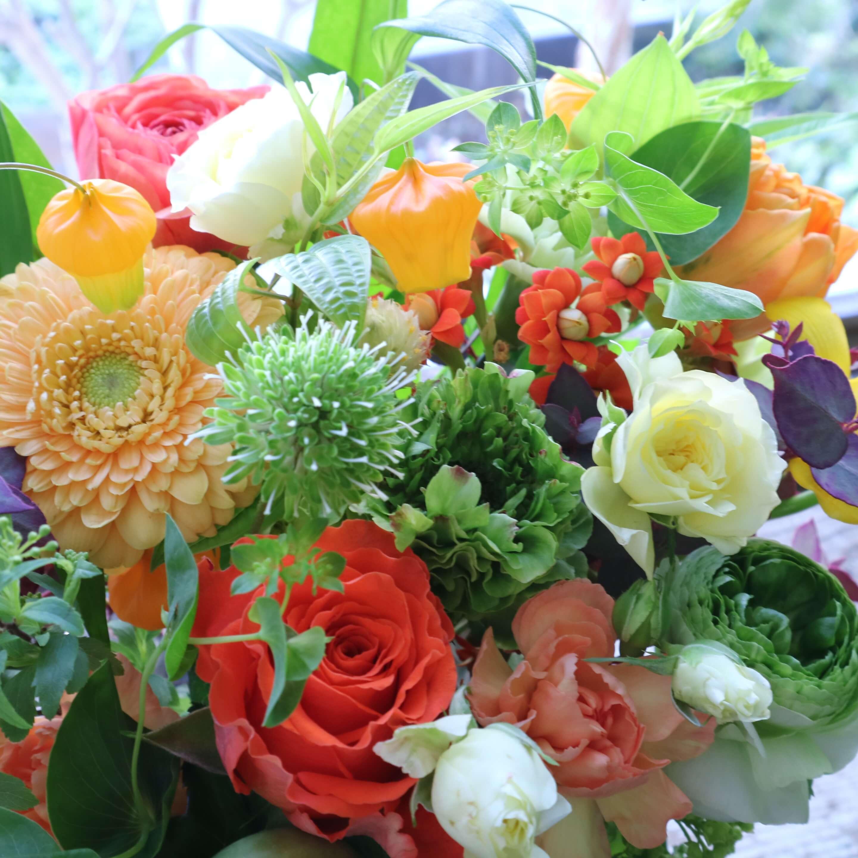 オリジナルアレンジメント 色味:ビタミンカラフルに季節のお花でおまかせ の参考画像です