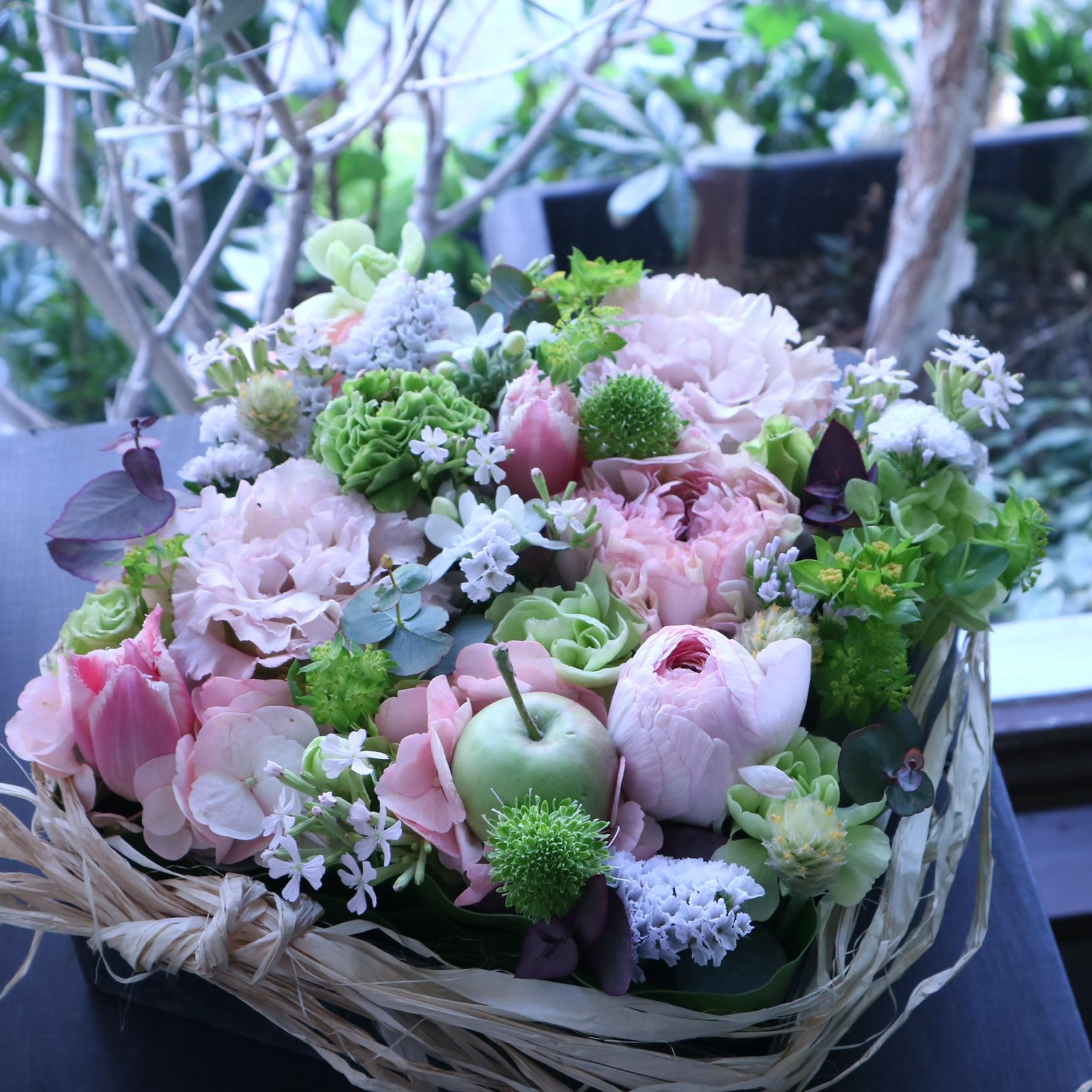 スクエアアレンジメント 色味:ビタミンカラフルに季節のお花でおまかせ の参考画像です