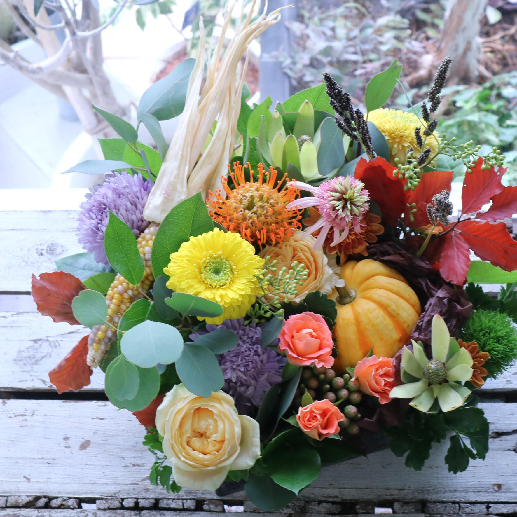 スクエアアレンジメント 色味:淡い色合いを季節のお花でおまかせ の参考画像です